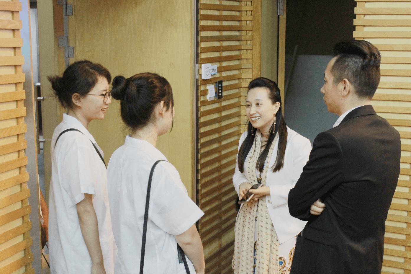 活动结束后评委与青年学生交流